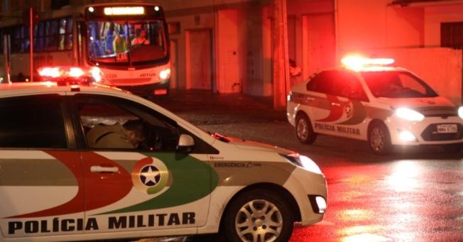 5fev2013---policia-militar-faz-escolta-de-onibus-em-terminal-da-palhoca-sc-na-noite-de-quarta-feira-5-em-sete-dias-de-atentando-em-santa-catarina-a-policia-militar-registrou-sessenta-ataques-em-1360166155014_956x500