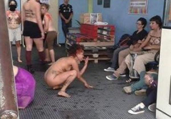 feministas-protestam-urinando-no-chc3a3o-da-universidade-federal-de-pelotas.jpg?w=652